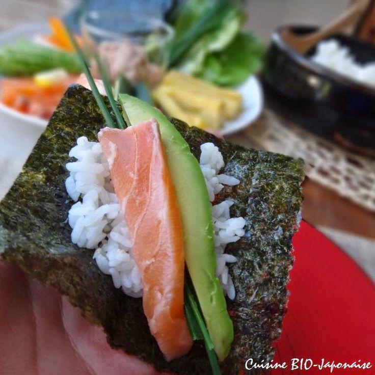 Recette de Temakizushi (sushi roulé à la main).Le Temakizushi est une sorte de sushi très familial. Le riz, les poissons, les légumes et les feuilles d'algues sont séparément servis, et chacun construit son maki dans son assiette. Tout le monde participe en cuisine, c'est parfait pour une fête conviviale.
