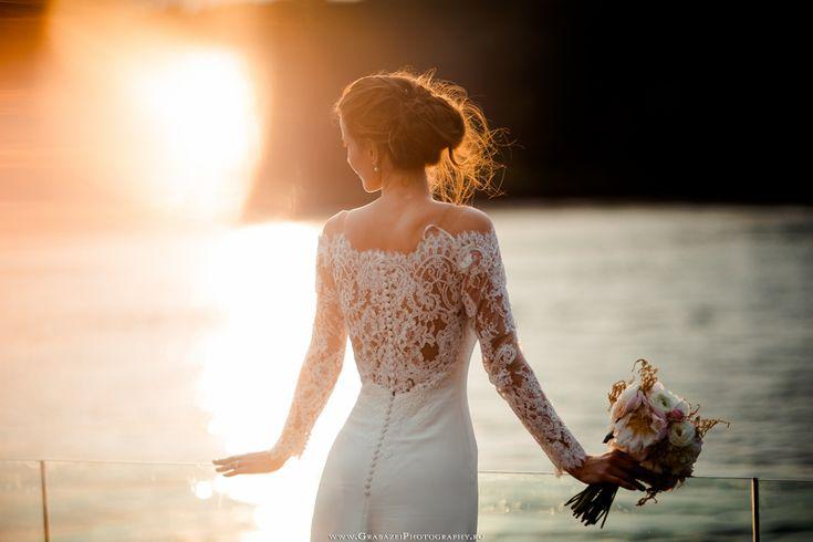 must have bridal portrait on your wedding day #grabazei #weddingphotoideas #bridalportrais #bridalpreparations #gettingreadybride lace weddingdress