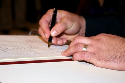 The Differences Between a Notary Public and a Notary Signing Agent