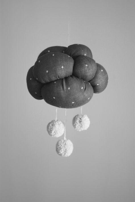 New DIY for Petit Poulou :: http://www.petitpoulou.com/2012/03/diy-mobile-nuage-origami/
