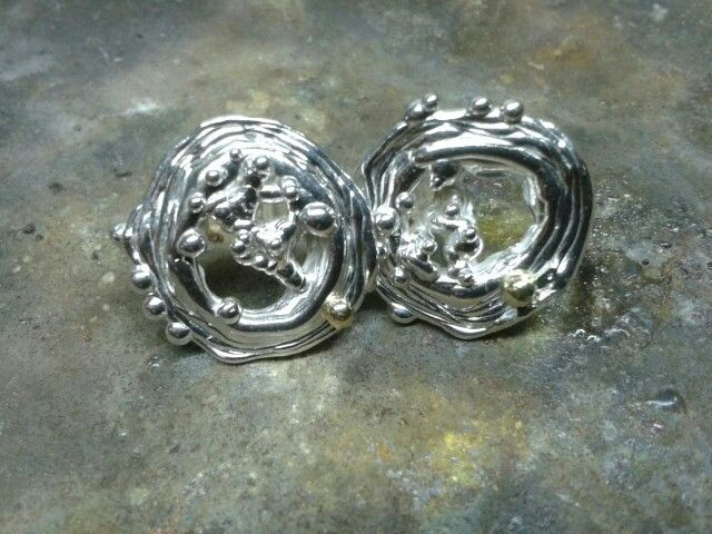 Zilvere oorbellenmet een hartje van goud. By tilltil www.sierraadsels.nl