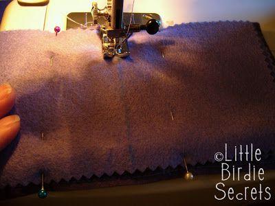 você vai precisar de: * Feltro ( duas cores que combinem),e para enfeitar a frente *fio,botão * Cortador rotativo ou tesoura, tesoura de picotar (opcional) *máquina de costura Cola de tecido …