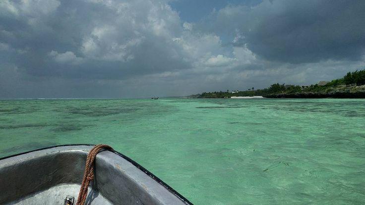 Di ritorno da una sessione di snorkeling abbiamo incontrato un gruppo di delfini e capitan Jamie ha detto di buttarci subito e guardare giù: abbiamo visto delle ombre scure sul fondale diventare sempre più nitide e in un attimo ci siamo ritrovati a nuotare a fianco a loro . Questo è l'ultimo giorno di vacanza potevo chiedere di più?  #zanzibar #mnembaisland #matemwe #tanzania