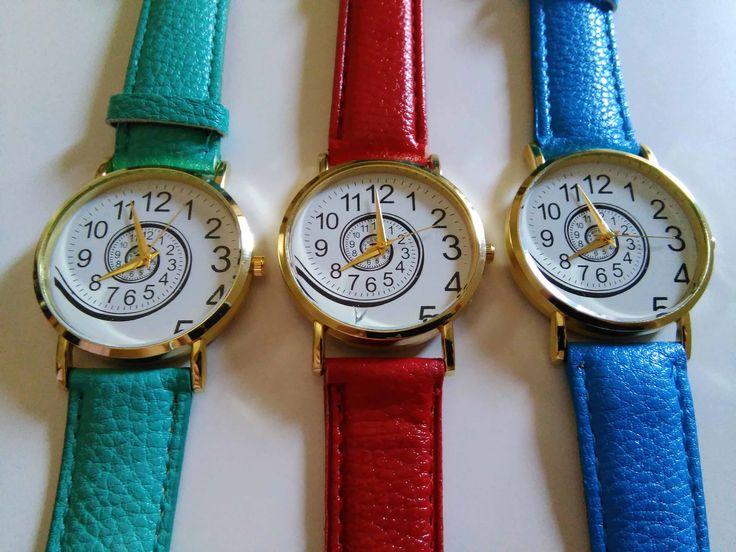 Orologio con originale disegno a spirale in colori azzurri e verdi. Lunghezza cinturino: 22 cm  Diametro quadrante: 3.2 cm Colore: blu, verde - 12€+spese di spedizione