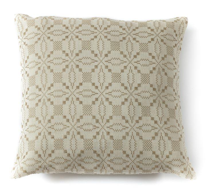 Cuscino  Cuscino tessuto a mano su telaio tradizionale con la tecnica a licci, caratterizzato dal disegno con elegante motivo geometrico realizzato in lino grezzo su fondo in cotone neutro.  Anna Deriu Bolotana