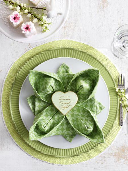 Servietten falten Seerose - floraler Blickfang. How to fold.