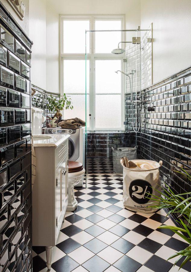 Mit Glänzenden Schwarzen Kacheln Und Schachbrett Fliesen Lässt Sich Das  Badezimmer Elegant Und Zeitlos In Schwarz Weiß Einrichten. Der  Toilettendeckel Aus