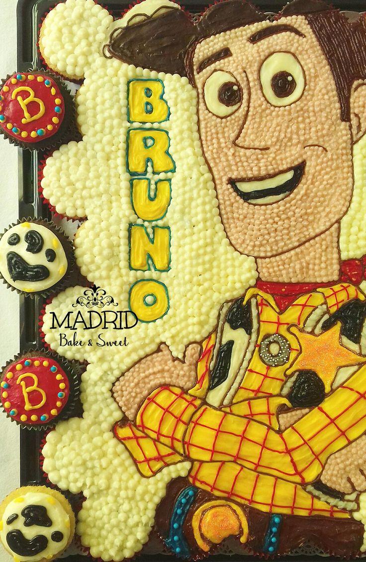 Pastel de cupcakes y cupcakes individuales para cumpleaños infantil con tema de Woody Toy Story. #todohechoamano