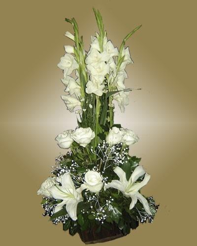 ARREGLO CIELO (Código C009) Consta de lilium, rosas y gladiolos en tonos blanco todo en conjunto con verde y una base de oasis y papel de arroz verde.  Valor: $ 31.990
