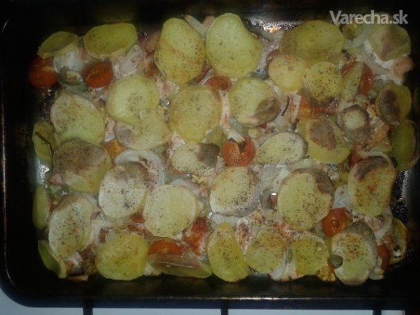 ...Suroviny       500 g (alebo bravčové karé) prsia kuracie      500 g zemiaky      100 g slanina      10 ks paradajky cherry      2 ks paprika      3 ks feferónky      1 ks cibuľa       korenie čierne       korenie červené mleté       korenie grilovacie       olej repkový    4  porcie