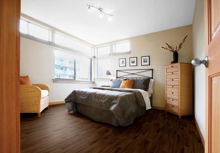 Covor PVC maro cu design autentic de podea de lemn.