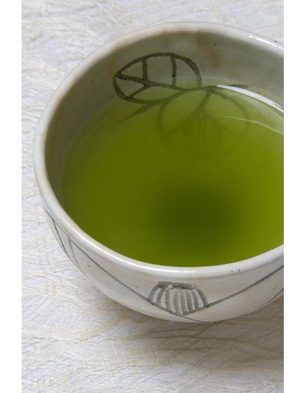 Le thé vert  Boisson minceur par excellence, le thé vert accélère le métabolisme tout en limitant l'absorption des graisses par le corps et régule l'apport de glucose. Autant dire qu'on recommande mille fois de ne plus boire que cela.
