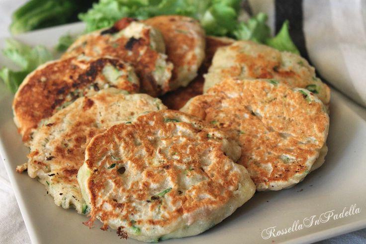 Focaccine veloci in padella con tonno e zucchine. Focaccine veloci senza lievitazione da cuocere in padella, arricchite dal gusto del tonno e delle zucchine.