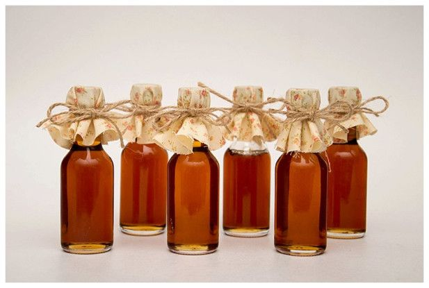These mini maple syrup bottles would make such cute fall wedding favors