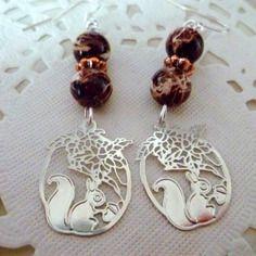 Boucles d'oreille estampe filigrane métal argenté écureuil et perles marron marbrée blanc