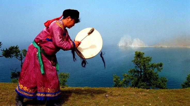 Обряд благодарения духов Обряд проводится в качестве подтверждения шаманского призвания. Чтобы провести ритуал, необходимы голубая или красная ткань, листья можжевельника или шалфея, благовоние сан…