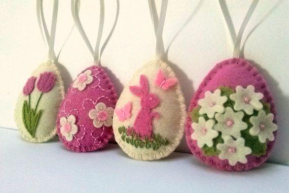 Decorazione di Pasqua - avorio del feltro e uova con i fiori di feltro di colore rosa / set di 4  È la lista 4 ornamenti  Fatto a mano da feltro di lana e feltro di lana  Combinazione di colori di tonalità rosa morbido di lana si fondono avorio bianco sporco feltro di lana e feltro.   Dimensione del mio uova decorate è di circa 2 1/8 x 2 5/8 di pollice (5,3 x 6,5 cm) Si tratta di dimensioni di feltro uovo senza occhiello per aggancio