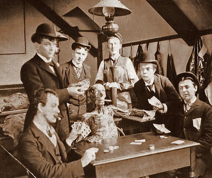Estudantes de Medicina jogam Poker com cadáver.