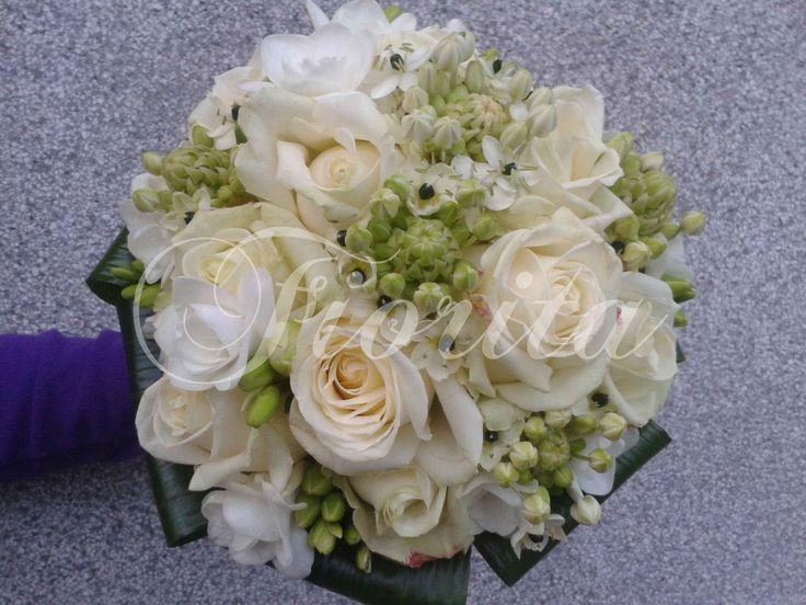 Svatební kytice: růže, frézie, ornithogalum (snědek)