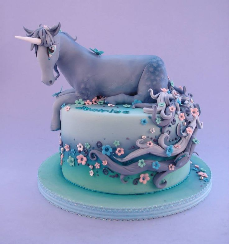I don't know what's my sudden obsession with unicorn cakes.