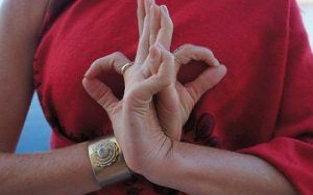 L'importanza delle mani nello yoga: perchè eseguire le mudra Per mudra termine che nella cultura indiana ha il significato di sigillo si intende la gestualit mudra yoga mani mudra yoga
