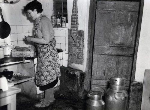 Boerenleven, agrarische sector, interieur boerderij: boerin schilt aardappelen in de keuken van oude boerderij. Omgeving Tiel, 17 november 1954.