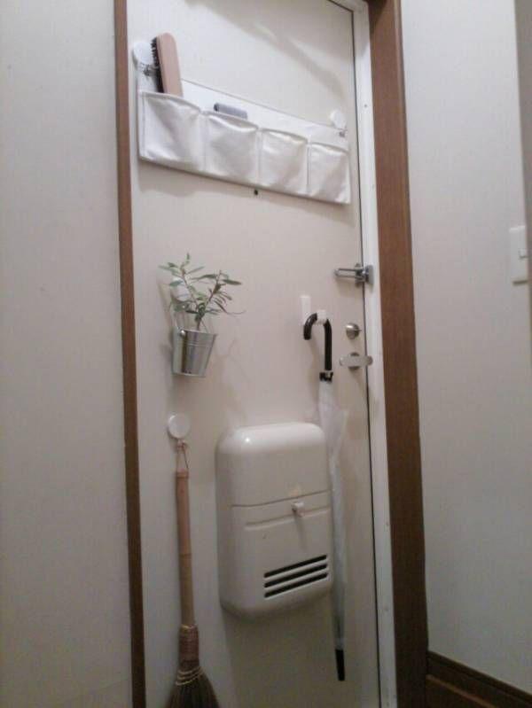 玄関です 窓が近くに無いため 電気を消すと真っ暗です O 入ってすぐのトイレは 一段高い位置にあるため出入りしにくい 玄関のドア 無印良品のマグネット類を使い ドアに少し収納をもうけました 掃除用のほうきや傘も引っかけ 玄関収納アイデア