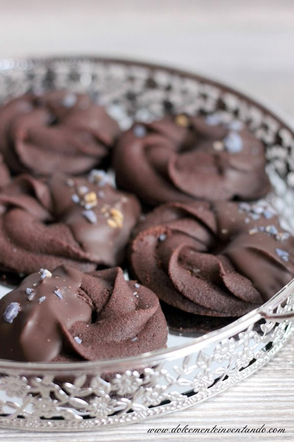 Dolcemente Inventando ovvero i pasticci di Ale: Biscotti di frolla montata al cacao, cioccolato di Modica e violetta di Parma