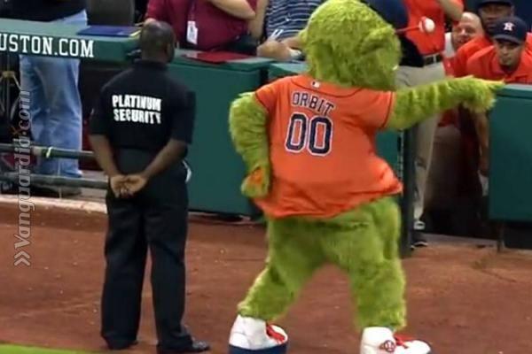La mascota de béisbol de los Astros de Houston se ha quedado atónita con la espectacular reacción de un guardia de seguridad que supervisaba las gradas de los espectadores.