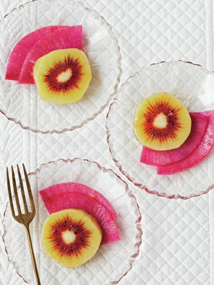 ビネガーでマリネすることで、紅芯大根の赤色が鮮やかに。レインボーキウイを合わせることで、グラフィカルな一品に。ギャザリングの前菜におすすめ。|『ELLE gourmet(エル・グルメ)』はおしゃれで簡単なレシピが満載!