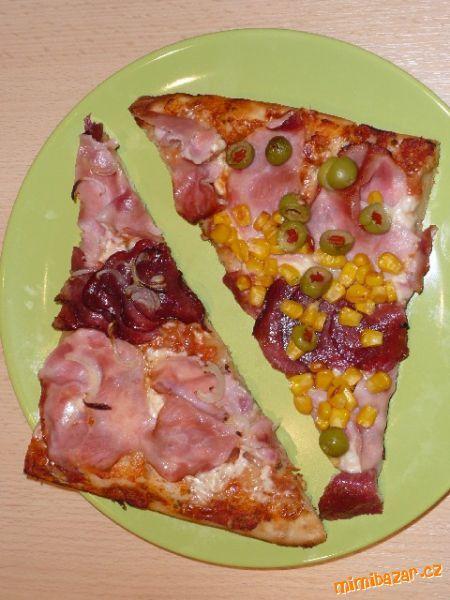 Skvělá pizza, nemusí kynout Těsto: 1 sáček sušeného drožní 1/2 lžičky cukru 1 hrnek vlažné vody 2 1/2 hrnku hl. mouky ( podle potřeby) 1/2 lžičky soli 2 lžíce olivového olej Omáčka na pizzu: 1 lžíce olivovéhooleje 1 cibule 2 stroužky česneku 500 g oloupaných rajčat, bazalka, oregano 1 lžička cukru sůl, pepř.