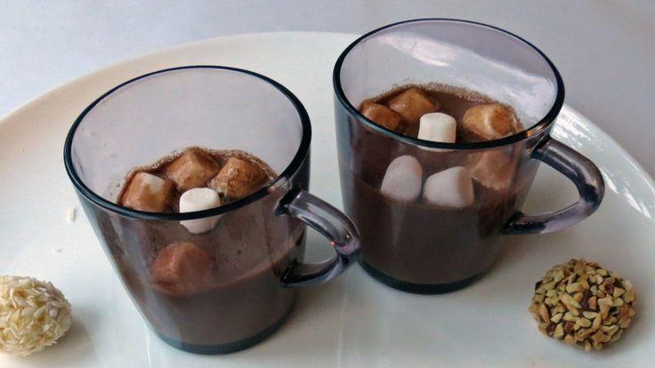 Varm sjokolade gjør godt på en kald og mørk årstid. Mats Paulsen lager den med ekstra krydder.