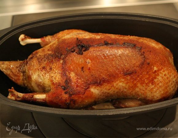 Утка, фаршированная гречкой и потрошками . Ингредиенты: утка тушка, куриная печень, гречневая крупа