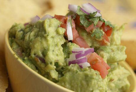 Guacamole recept met avocado, limoensap, ui, look, korianderblaadjes, peper, zout, tabasco of pepertjes en stukjes tomaat
