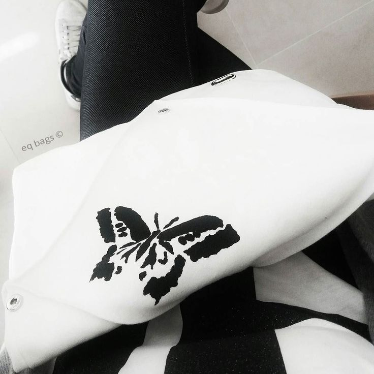 Oggi può andare bene una tela dipinta . . . . #eqbags #bag #leather #velvety #designbag #design #minimal #style #accessories #lovebags #goodmorning #newstyle #product #project #essential #origami #madeinitaly #handmade #fashionblogger #springstyle #3formbag #blackandwhite #butterfly #canvas #painting #color #lines  #geometry