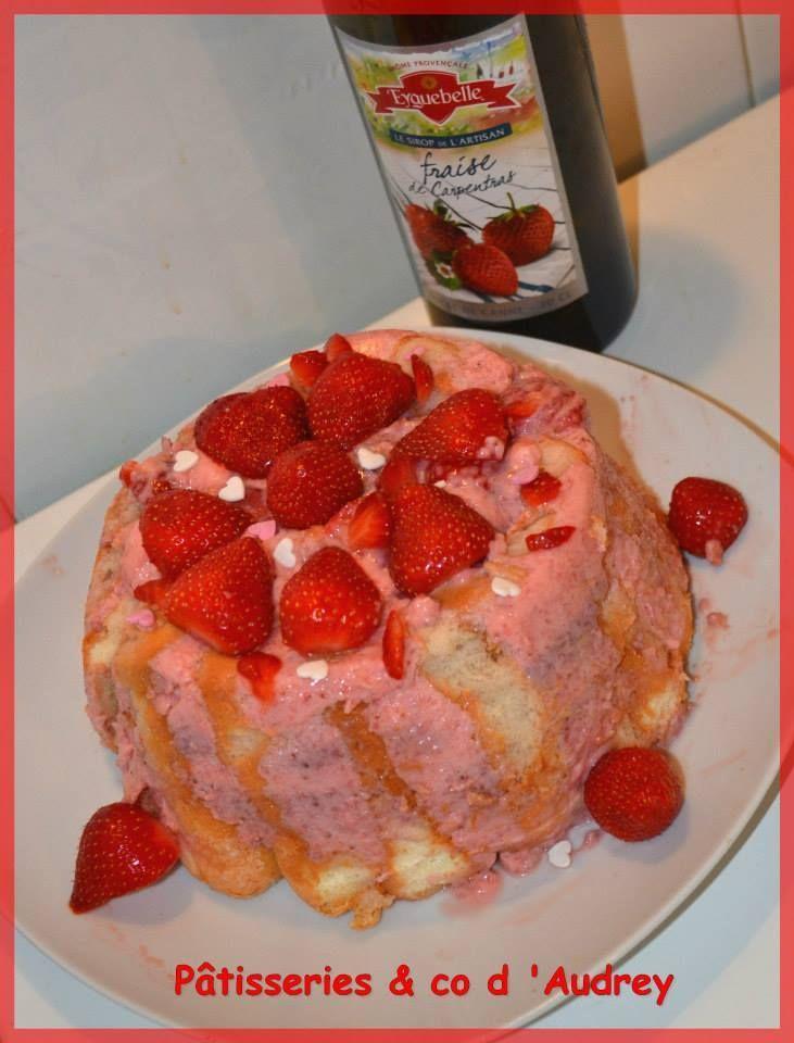 Charlotte aux fraises à la mousse de fraises avec le sirop de fraise Eyguebelle