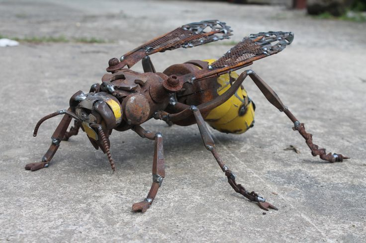 Metal Hornet Sculpture Scrap Metal Unique von GreenHandSculpture