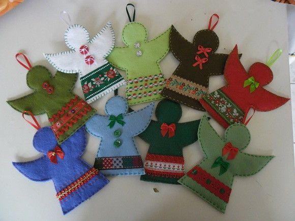 Anjos decorados.  Para enfeitar a sua árvore de Natal ou ao redor da sua porta.  Feita à mão em feltro e retalhos de tecido de algodão.  Decore a sua casa para o Natal!  Temos outros desenhos e tamanhos disponíveis.  OFERECEMOS DESCONTO PARA PEDIDOS ACIMA DE 20 UNIDADES.  Consulte-nos.