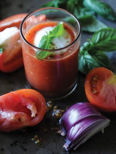 Изысканный холодный испанский суп прекрасно подойдет к обеду в теплую погоду. Количество порций: 4 Время приготовления: 30–40 минут