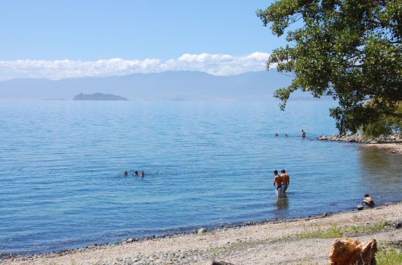 LAGO RANCO, CHILE (al sur de Chile) / Posee un camino que rodea toda la ribera del lago y donde se emplazan algunos pueblos, entre ellos Futrono, Llifén y Lago Ranco. Se puede practicar la pesca deportiva y todo tipo de deportes náuticos como la natación, velerismo, paseos en bote, windsurf, entre otros. Se puede visitar en el circuito del lago, el pueblo de Lago Ranco, Bosque Quillín, las termas de Chihuío, la Isla Guapi, que se ubica en el centro del lago, entre otros atractivos.