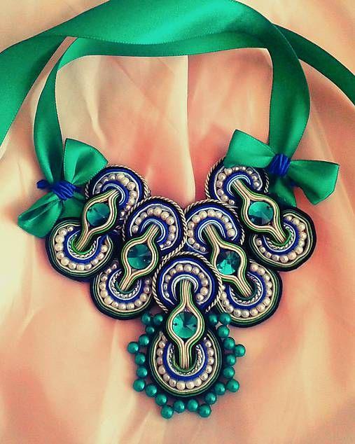 Zelená+v+tvojich+očiach+Korálkovo+sujtáškový+náhrdelník+vhodný+na+párty,+plesy,+či+oslavy.+Vďaka+jeho+výraznosti+bude+každá+žena+neprehliadnuteľná+a+originálna.+Materiál:+soutache+v+kombinácií+zelená,biela,čierna+a+modrá.+Voskované+perličky+sú+v+odtieňoch+bielej+a+zelenej.+Celý+náhrdelník+vkusne+dopĺňajú+Swarovského+brúsené+kamienky+zelenej+farby.