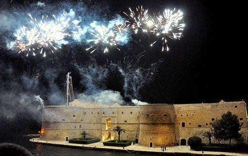 La Festa di San Cataldo è il rinomato appuntamento di Puglia caratterizzato dal tipico corteo di barche che accompagnano la Statua del Santo in Cattedrale