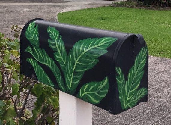 Caja a prueba de herrumbre pintados a mano que es perfecto para la vida de ciudad tropical y playa. Se trata de un buzón plástico poste-montado de tamaño estándar (19,4 x 7.9 x 9,6 pulgadas) que yo arena y pintar con acrílico pintura. Se sella con barniz claro. Creado en hermosa Kailua, Oahu, con Aloha.  Por favor especificar en la sección de comentarios de su pedido si desea que el buzón negro/verde o blanco/rosa. Puedo pintar de otro color para las flores sin cargo o pintar un diseño…