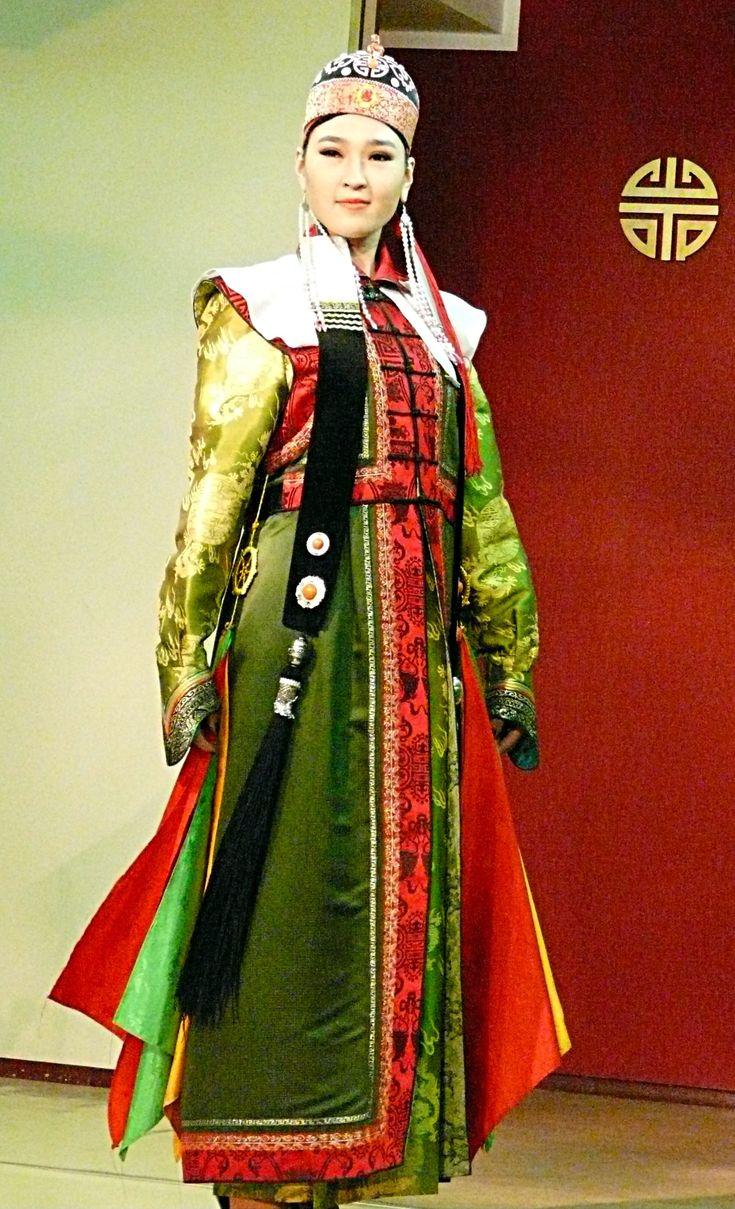Défilé de mode au Torgo Fashion Salon. Ici, un costume traditionnel mongol.