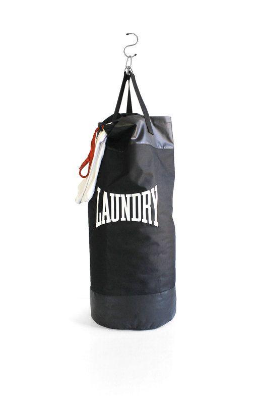 Ambiance salle de boxe dans la penderie à la maison ! Car oui il est temps de réveiller le Rocky Balboa du linge sale qui est en vous avec ce sac de linge au design de sac de frappe spécial entraînement de boxe. Un superbe sac de 1 mètre de longueur prêt à encaisser tous les coups, même les plus durs (on pense à vos chaussettes par exemple).  dispo ici > ow.ly/Ffcby