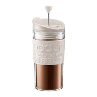 Liep je vanmorgen bijna de deur uit met je pyjamabroek aan? Als het zo'n dag wordt, heb je echt een goede bak koffie nodig. Met de Bodum Travel Press laat je de koffie opbloeien, duw je de press naar beneden en geniet je onderweg van verse koffie.