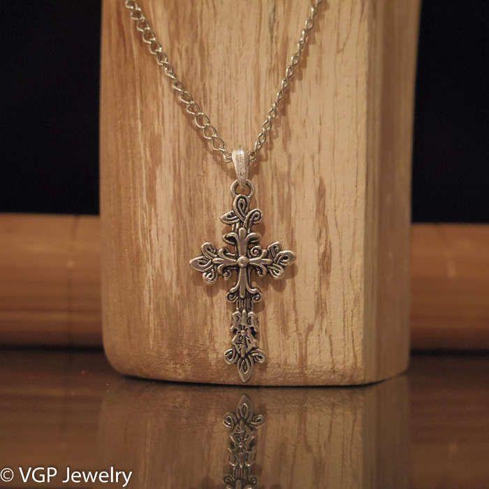 Sierlijke Kruis Ketting: lange zilverkleurige ketting
