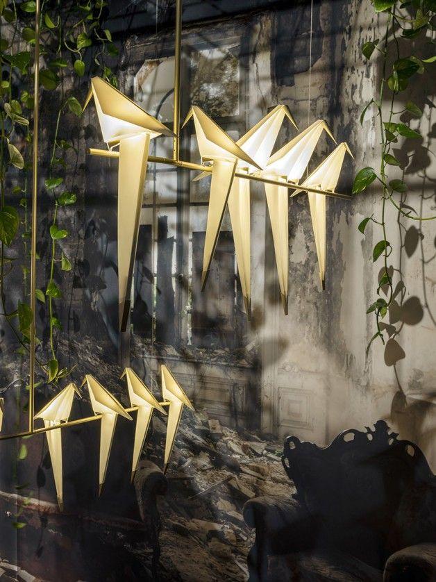 O designer e arquiteto Umut Yamac se inspirou nos origamis, a tradicional arte japonesa de dobraduras de papel, para criar uma linda luminária em formato de pássaro, que além de iluminar, traz estilo e equilíbrio aos ambientes.