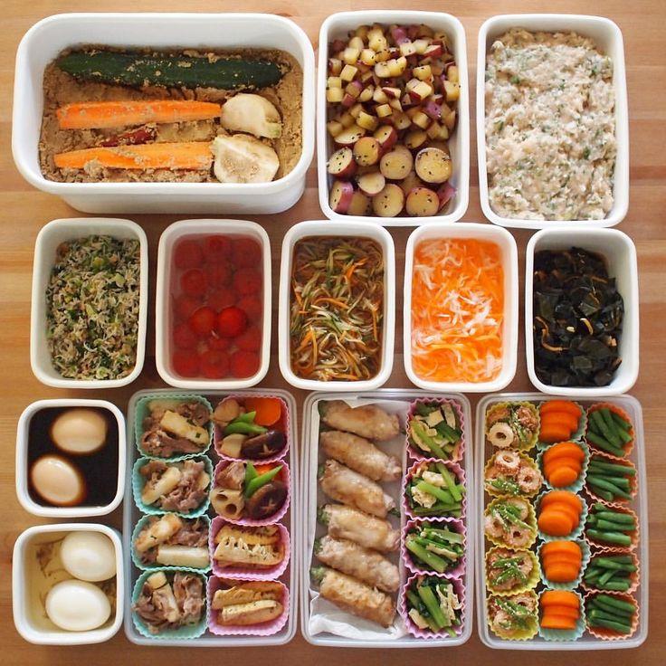 振り返るとあっという間の1週間でした、の常備菜 #_kaoringo_常備菜 ・ お弁当箱の蓋を開けるのがいつも以上に楽しみだった1週間。 たいしたおかずではないけど、大量に作った筑前煮を今か今かと楽しみに待ってくれている子供たちと喋りながら(喧嘩しながら)作ったおかず。 ・ 夕飯はシュウマイと筑前煮とぬか漬け。地味だけど、きっと染みる。 ・ 今週もおつかれさまでした! ・ ●ぬか漬け(胡瓜・人参・かぶ) ●さつまいものはちみつ煮(冷蔵) ●シュウマイのタネ(大葉とネギ・冷蔵) ●しらすとかぶの葉くるみふりかけ(冷蔵) ●ミニトマトの昆布出汁浸し(冷蔵) ●野菜の南蛮酢(冷蔵) ●大根と人参のなます(冷蔵) ●昆布の佃煮(冷蔵) ●煮玉子2種(だし醤油・昆布塩漬・冷蔵) ●豚肉と長芋の炒め物(冷凍) ●筑前煮(こんにゃくは取って・冷凍) ●タケノコ青のり炒め(冷凍) ●オクラの肉巻き(冷凍) ●小松菜と油揚げの煮浸し(冷凍) ●ちくわと絹さやのたらこ炒め(冷凍) ●茹で人参(だし塩味付き・冷凍) ●茹でいんげん(だし塩味付き・冷凍)