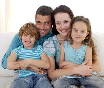 familia feliz fondo blanco: Familia sentados juntos en el sofá Foto de archivo
